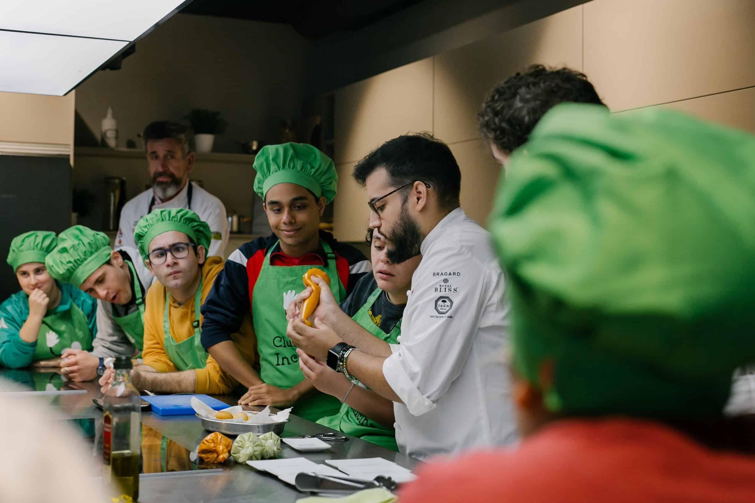 Ocho alumnos de Atades y ocho cocineros revolucionarán de nuevo el mercado central en busca de las mejores materias primas